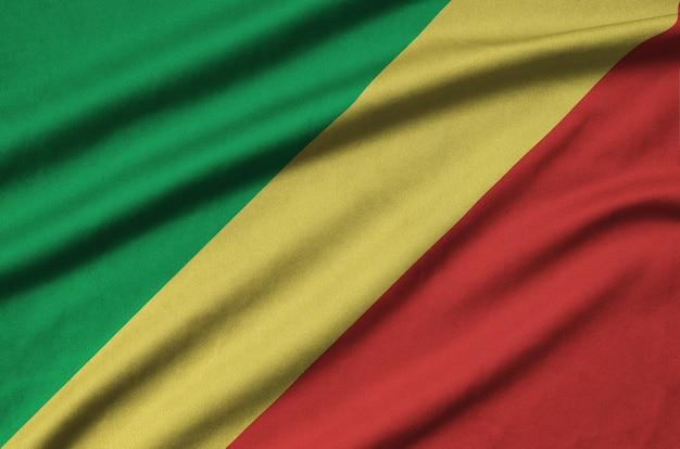 Flaga kongo jest przedstawiona na tkaninie sportowej z wieloma zakładkami.
