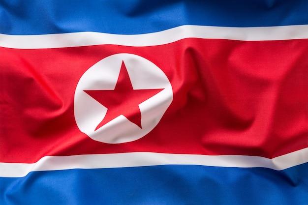 Flaga korei północnej. kolorowa flaga korei północnej na wietrze.