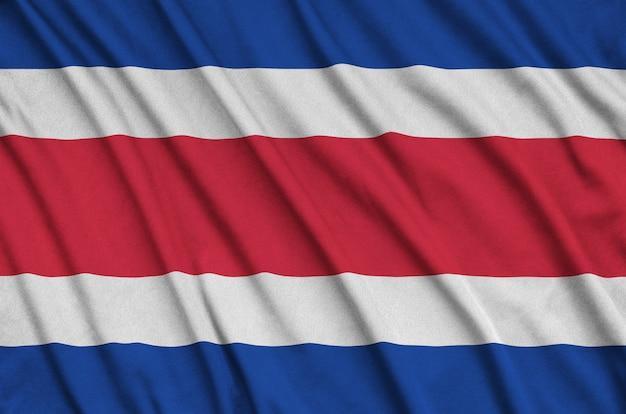 Flaga kostaryki jest przedstawiona na sportowej tkaninie z wieloma zakładkami.