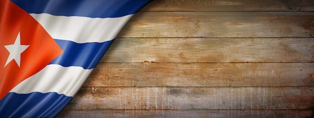 Flaga kuby na ścianie rocznika drewna