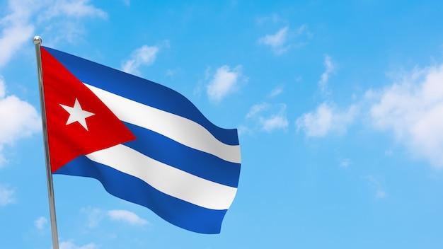 Flaga kuby na słupie. niebieskie niebo. flaga narodowa kuby