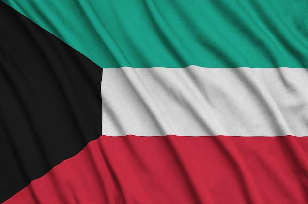 Flaga kuwejtu jest przedstawiona na sportowej tkaninie z wieloma zakładkami.