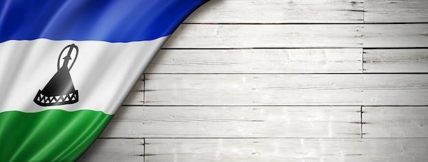 Flaga lesotho na starej białej ścianie.