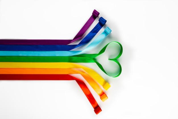 Flaga lgbt, tęczowy symbol mniejszości seksualnych w postaci satynowych wstążek.