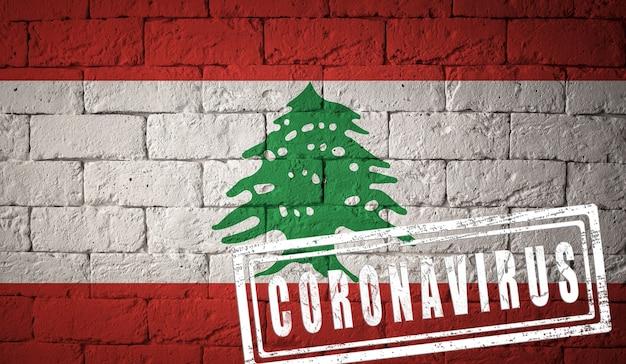 Flaga libanu o oryginalnych proporcjach. opieczętowane koronawirusem. cegła ściana tekstur. koncepcja wirusa koronowego. na skraju pandemii covid-19 lub 2019-ncov.