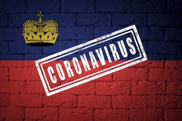 Flaga liechtensteinu o oryginalnych proporcjach. opieczętowane koronawirusem. cegła ściana tekstur. koncepcja wirusa koronowego. na skraju pandemii covid-19 lub 2019-ncov.