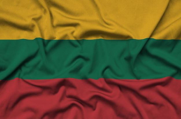 Flaga litwy jest przedstawiona na sportowej tkaninie z wieloma zakładkami.
