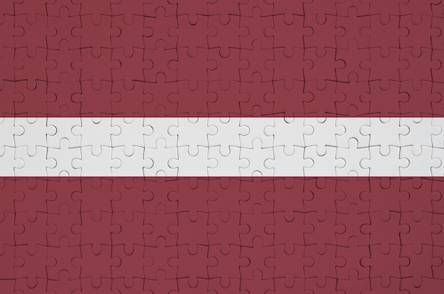 Flaga łotwy jest przedstawiona na złożonej układance