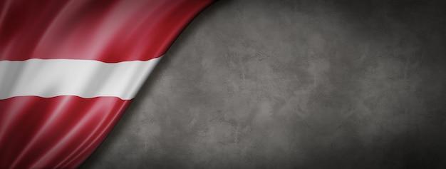 Flaga łotwy na betonowej ścianie