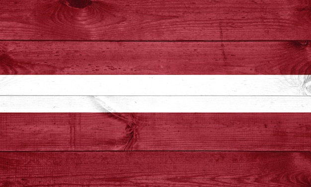 Flaga łotwy na drewniane tła, powierzchni. drewniana ściana, deski. flaga narodowa.
