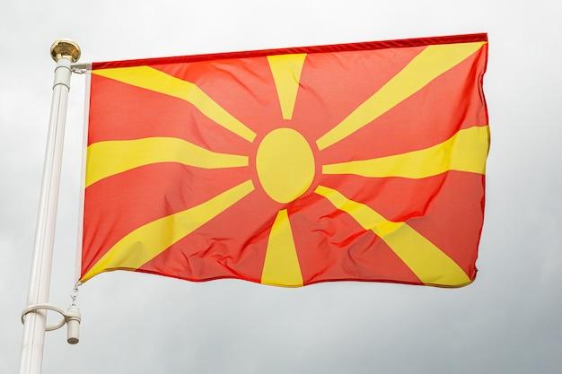 Flaga macedonii, na flagstoss przed niebem