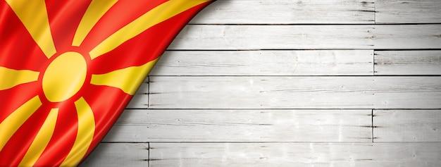 Flaga macedonii na starym białym tle. pozioma panorama.