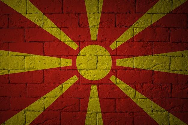 Flaga macedonii na tle ściany grunge. oryginalne proporcje