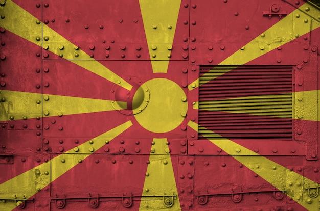Flaga macedonii przedstawiona na stronie części wojskowego opancerzonego zbiornika zbliżenie.