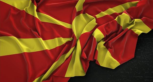 Flaga macedonii zgnieciony na ciemnym tle renderowania 3d