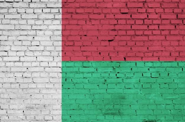 Flaga madagaskaru jest namalowana na starym murem