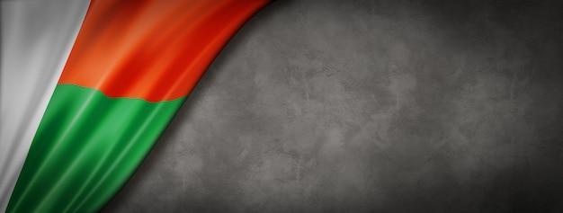 Flaga madagaskaru na betonowej ścianie. pozioma panorama. ilustracja 3d