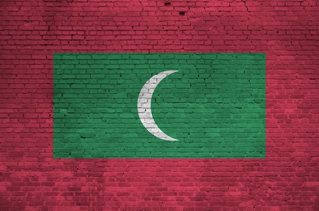 Flaga malediwów przedstawione w kolorach farb na starym murem.