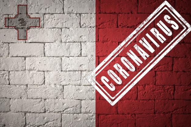 Flaga malty na ceglanej ścianie tekstury. opieczętowane koronawirusem. koncepcja wirusa koronowego. na skraju pandemii covid-19 lub 2019-ncov. nowa epidemia chińskiego koronawirusa