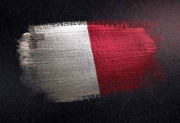 Flaga malty wykonane z pędzlem metalicznej farby na ciemnej ścianie grunge