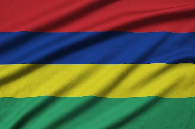 Flaga mauritiusa jest przedstawiona na sportowej tkaninie z wieloma zakładkami.