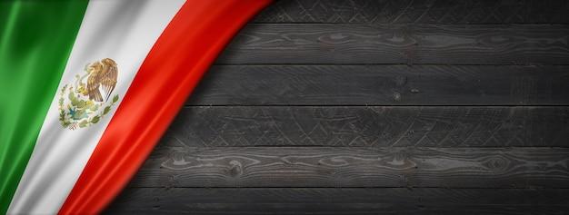 Flaga meksyku na czarnej ścianie z drewna. poziomy baner panoramiczny.