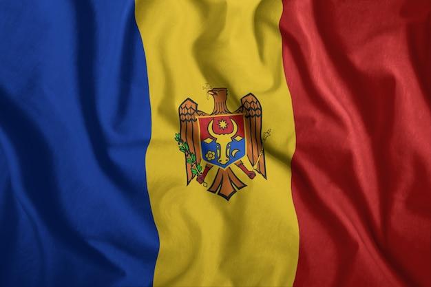 Flaga mołdawii leci na wietrze