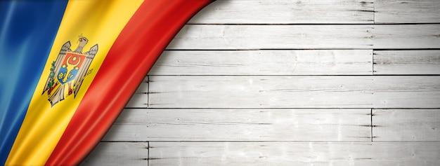 Flaga mołdawii na starym białym tle.