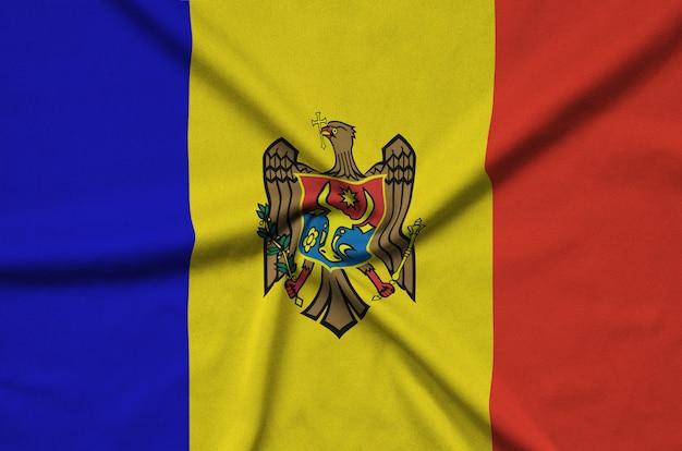 Flaga mołdawii z wieloma fałdami.