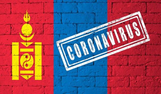 Flaga mongolii o oryginalnych proporcjach. opieczętowane koronawirusem. cegła ściana tekstur. koncepcja wirusa koronowego. na skraju pandemii covid-19 lub 2019-ncov.