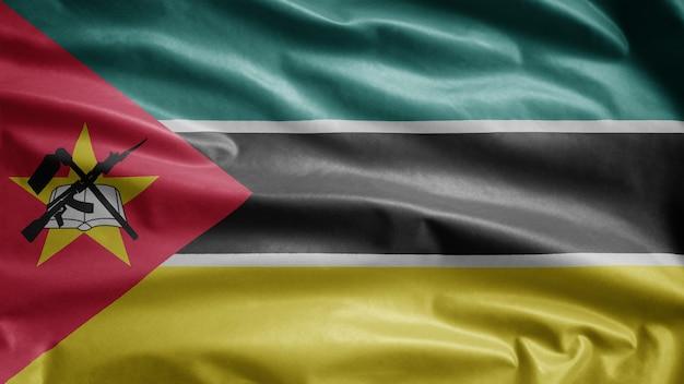 Flaga mozambiku macha na wietrze. zbliżenie na baner mozambiku dmuchanie, miękki i gładki jedwab.