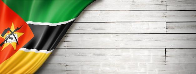 Flaga mozambiku na starej białej ścianie