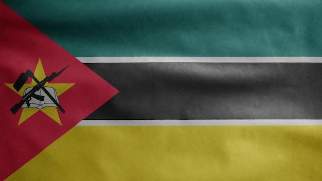 Flaga mozambiku na wietrze. baner mozambiku dmuchany, miękki i gładki jedwab. tkaniny tkaniny tekstura chorąży tło.
