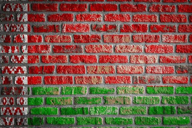 Flaga narodowa białorusi na starym ceglanym murze
