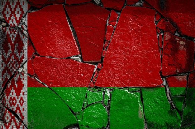 Flaga narodowa białorusi na starym kamiennym murze