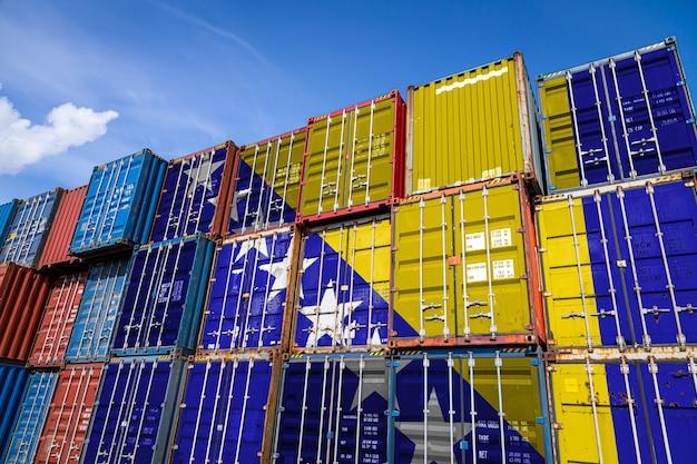 Flaga narodowa bośni i hercegowiny na dużej liczbie metalowych pojemników do przechowywania towarów ułożonych w rzędach