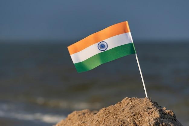 Flaga narodowa indii na tle morza. wakacje w indiach na morzu.