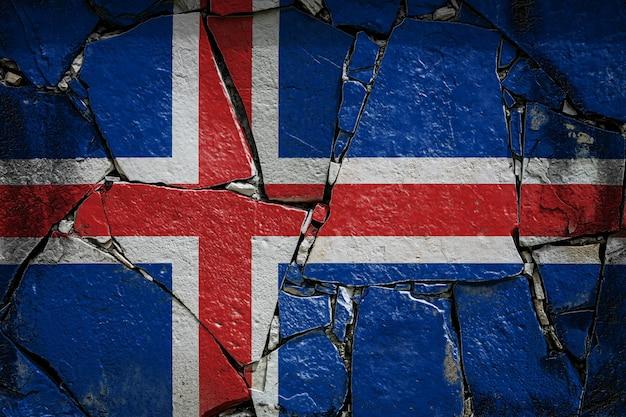 Flaga narodowa islandii na starym kamiennym murze