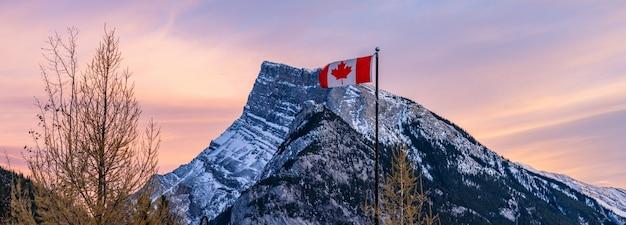Flaga narodowa kanady park narodowy banff canadian rockies kanada
