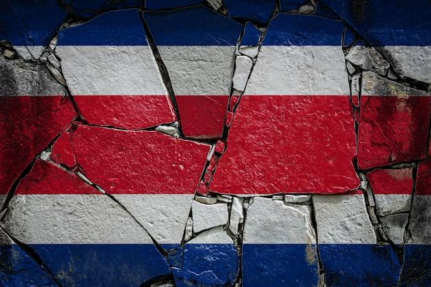 Flaga narodowa kostaryki na starym kamiennym murze