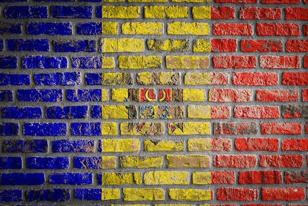 Flaga narodowa mołdawii na starym ceglanym murze
