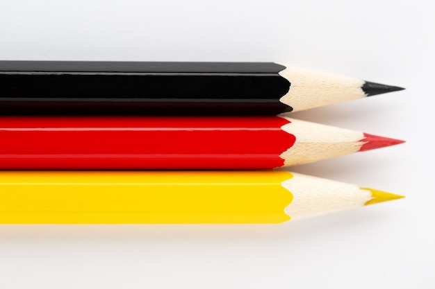 Flaga narodowa niemiec wykonane z kolorowych drewnianych ołówków na białym tle