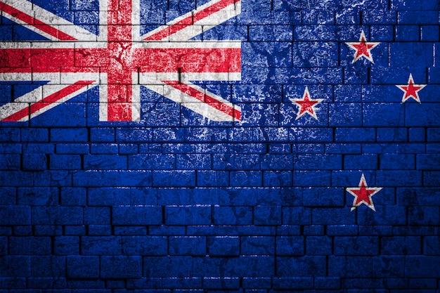 Flaga narodowa nowej zelandii na tle ściany z cegieł.