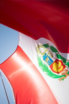Flaga narodowa peru na wietrze