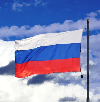 Flaga narodowa rosji na niebie