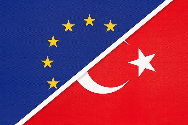 Flaga narodowa unii europejskiej lub ue i republiki turcji z tekstyliów.
