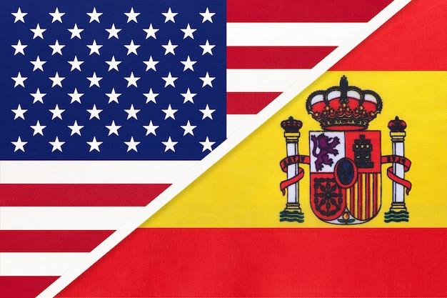 Flaga narodowa usa vs hiszpania z tkanin. relacje między krajami amerykańskimi i europejskimi.