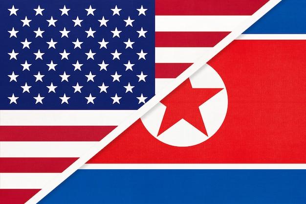 Flaga narodowa usa vs korea północna z tekstyliów. relacje między dwoma krajami amerykańskimi i azjatyckimi.