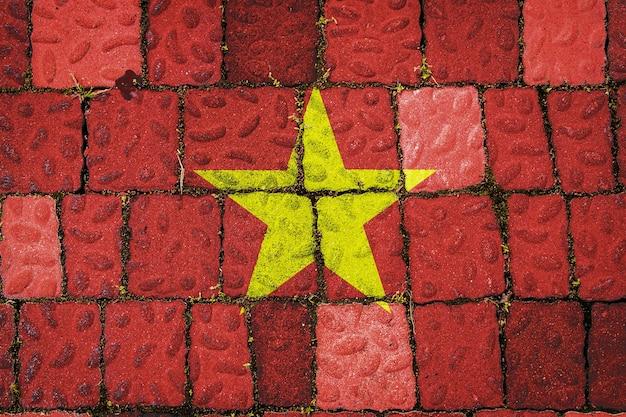 Flaga narodowa wietnamu na tle kamiennego muru flaga na tle kamiennej tekstury