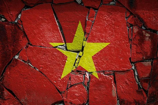 Flaga narodowa wietnamu przedstawiająca w kolorach farby na starym kamiennym murze